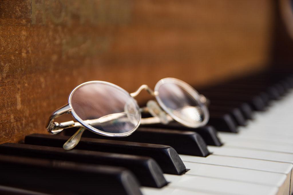 De bril van mijn vader, rustend op de toetsen.  Zijn (kijk op het) leven klinkt door....