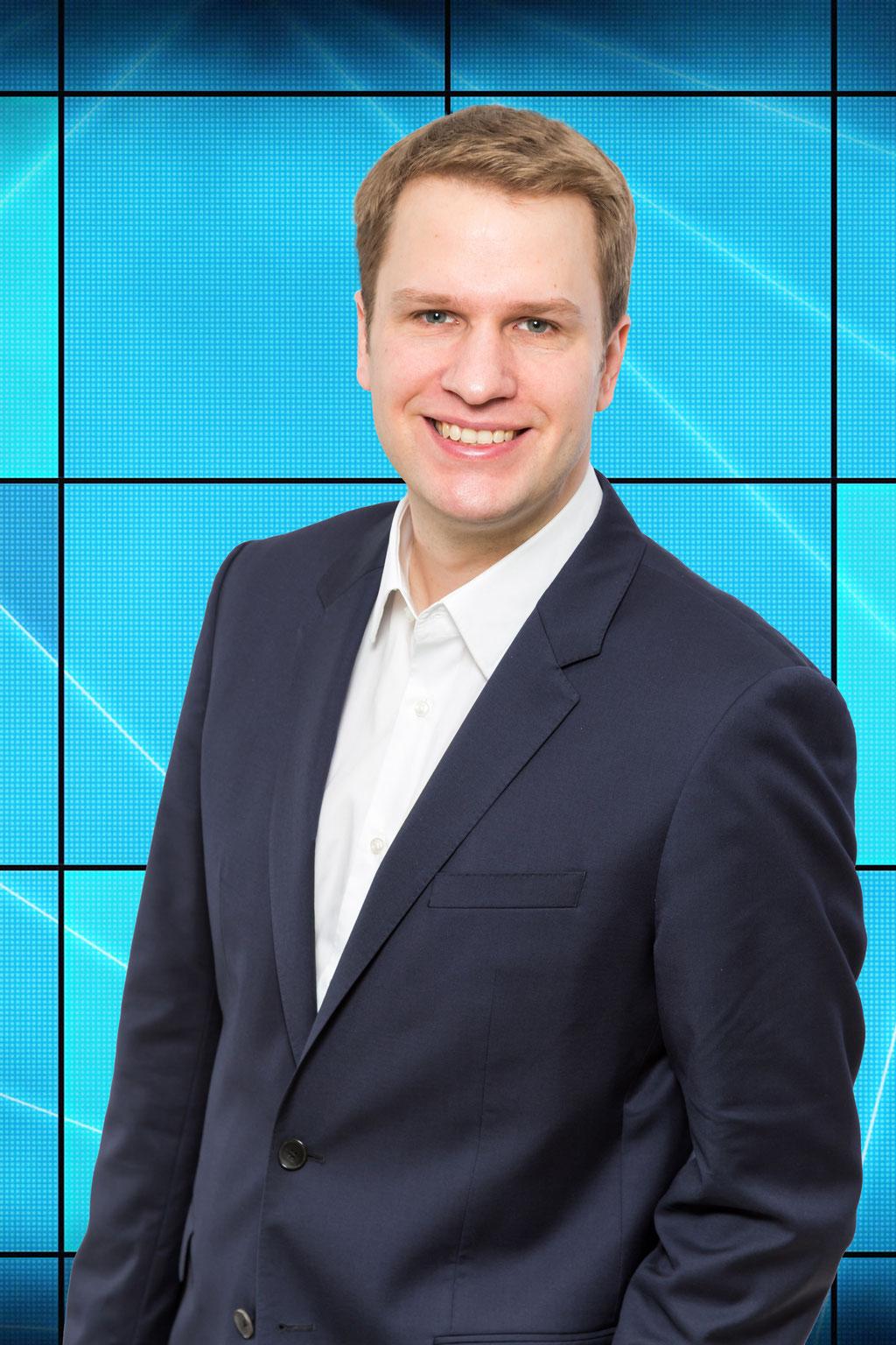 Mitarbeiterportrait mit digitalem Hintergrund