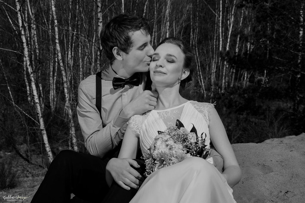 Bräutigam Küsst seine Frau