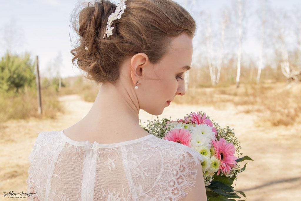 Die Braut mit Brautstrauß