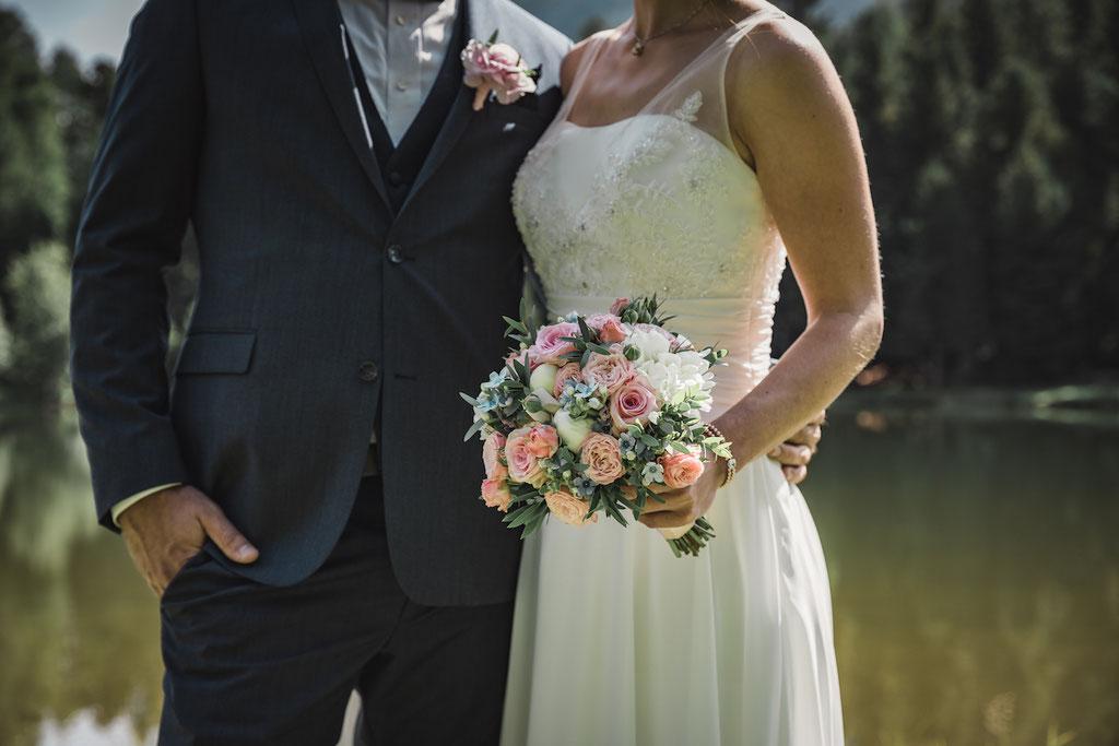 Braut mit Rosen Brautstrauss
