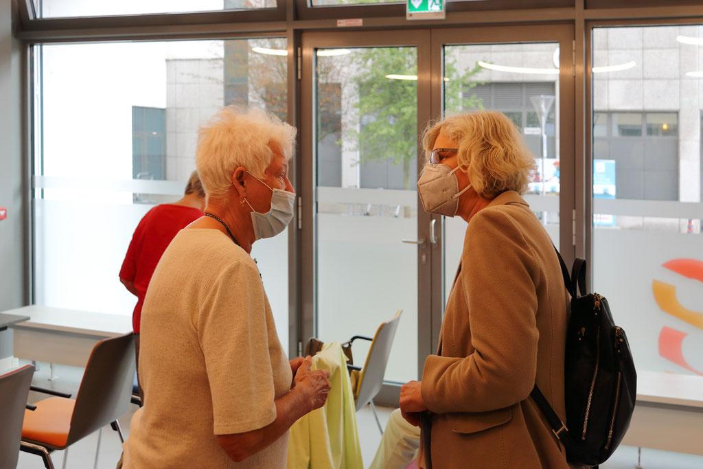 Geschäftsführerin Frau Passlack im Gespräch mit einer Mieterin