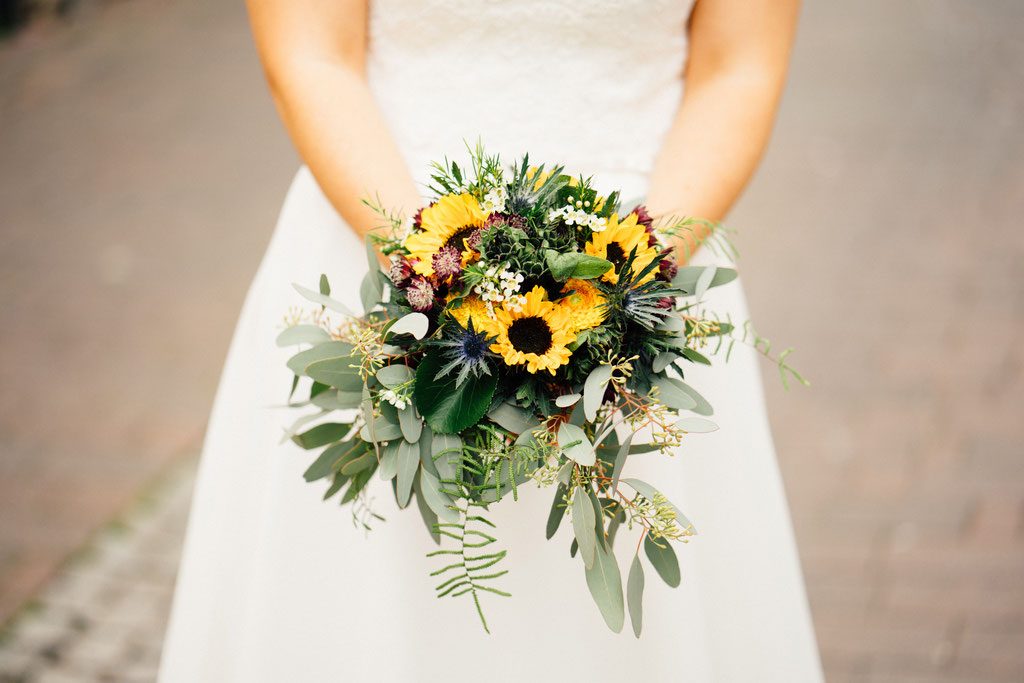 Lentschik, Hochzeitsfotografin Rheingau, Wiesbaden, Standesamt Geisenheim, Sonnenblumen, Blumen, Braut, Brautstrauß