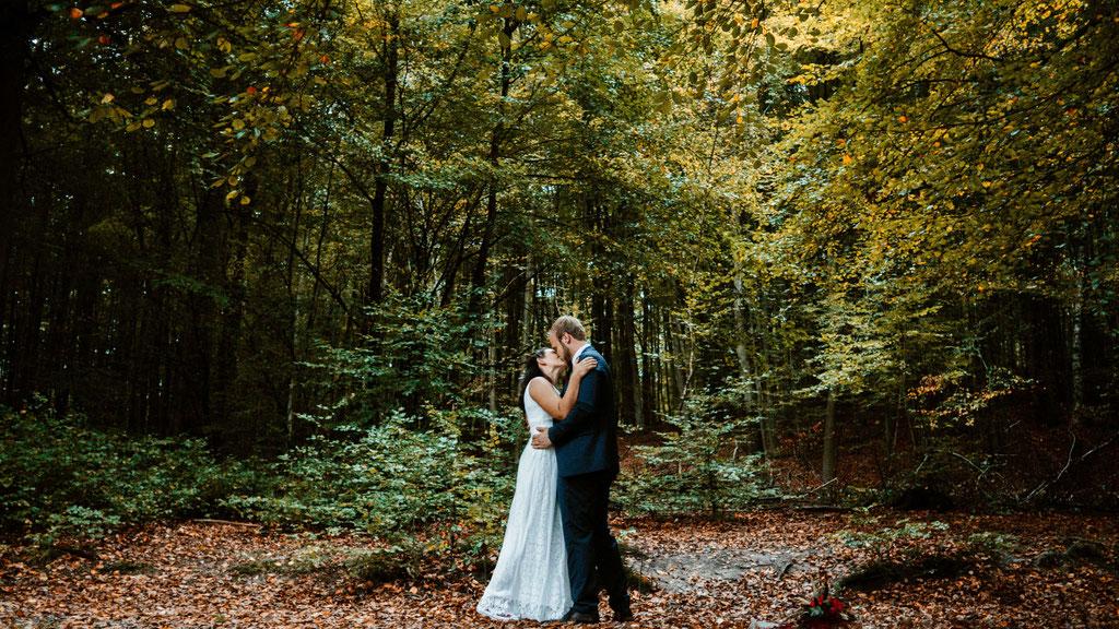 Brautpaaraufnahmen, Wald, Outdoor, Hochzeit, Freie Trauung, Hubertushütte, Lentschik, Hochzeitsfotografin Rheingau, Wiesbaden