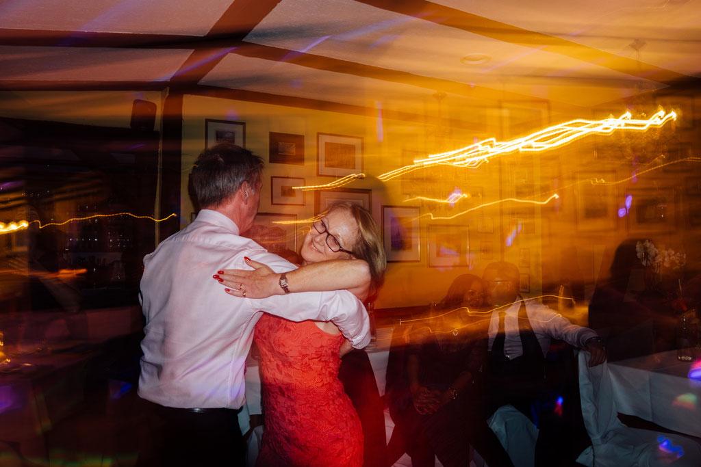 Party, Tanzen, Lichter, Stimmung, Hochzeit, Freie Trauung, Hubertushütte, Lentschik, Hochzeitsfotografin Rheingau, Wiesbaden