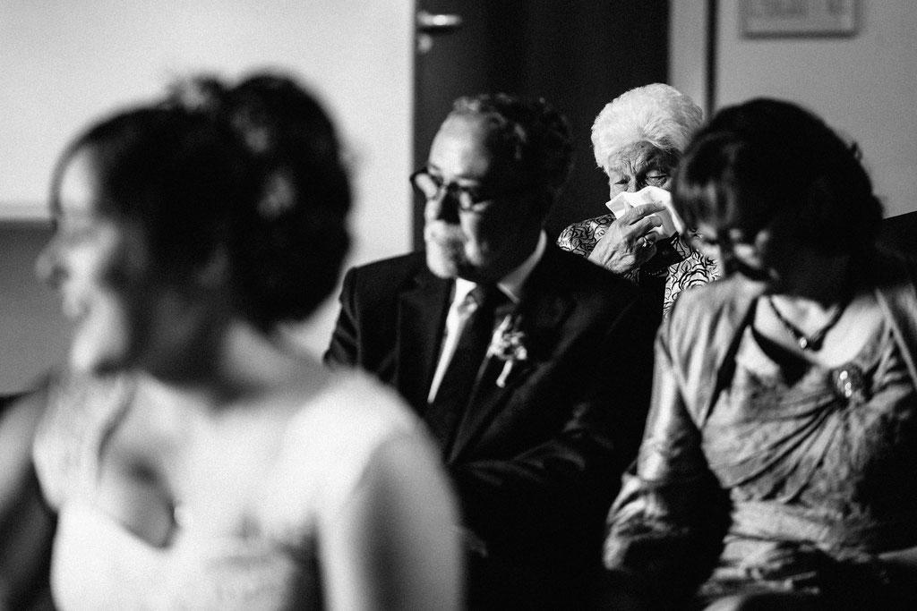 Lentschik, Hochzeitsfotografin Rheingau, Wiesbaden, Standesamt Geisenheim, Scheune, Oma, Emotionen