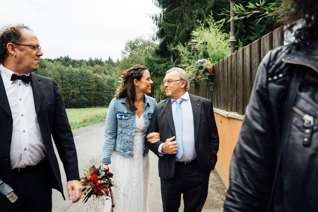 Braut, Brautvater, Einzug, Hochzeit, Wiesbaden, Rheingau, Hubertushütte, Lentschik, Fotografin