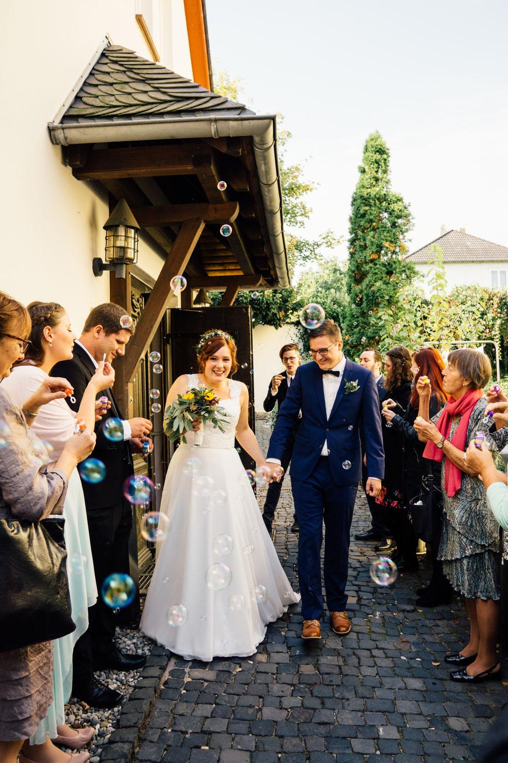 Lentschik, Fotografin, Rheingau, Wiesbaden, Standesamt, Geisenheim, Scheune, Seifenblasen, Freunde, Freunde, Familie, Hochzeitsgäste