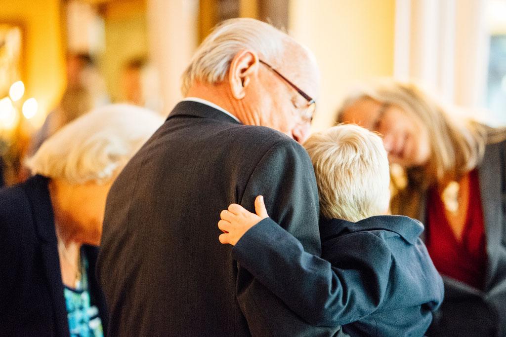 Opa, Enkel, Halt, Geborgenheit, Liebe, Hochzeit, Freie Trauung, Hubertushütte, Lentschik, Hochzeitsfotografin Rheingau, Wiesbaden