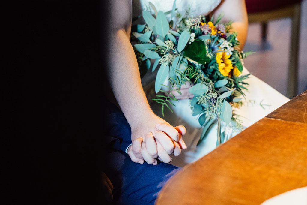 Lentschik, Hochzeitsfotografin Rheingau, Wiesbaden, Standesamt Geisenheim, Scheune, Hand in Hand ein Leben lang
