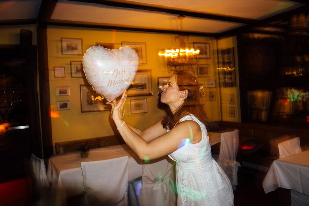 Braut, Party, Tanzen, Lichter, Stimmung, Hochzeit, Freie Trauung, Hubertushütte, Lentschik, Hochzeitsfotografin Rheingau, Wiesbaden