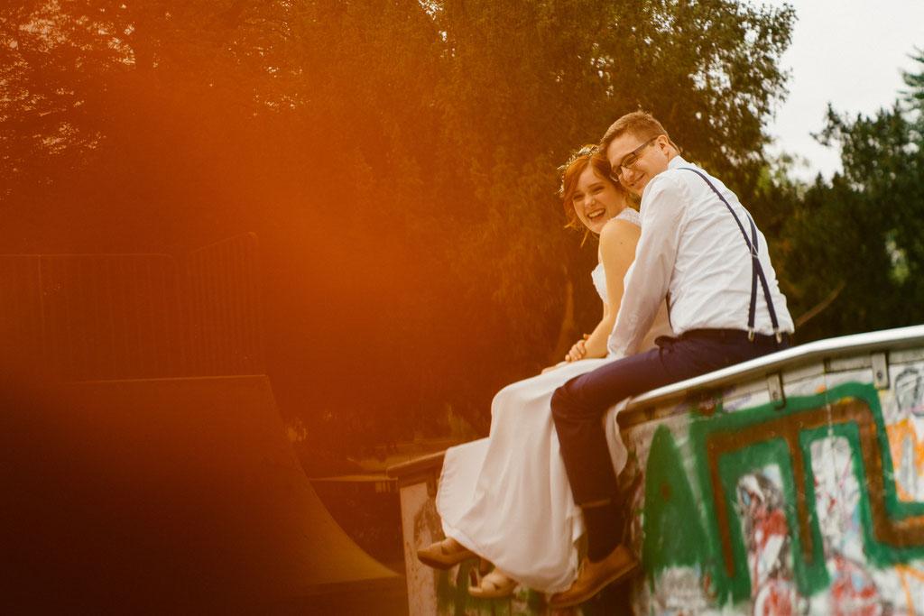 Lentschik, Hochzeitsfotografin Rheingau, Wiesbaden, Standesamt Geisenheim, Brautpaar, Brautpaar-Aufnahmen, Blumen, Porträt, Portrait, Park, Skatepark Geisenheim