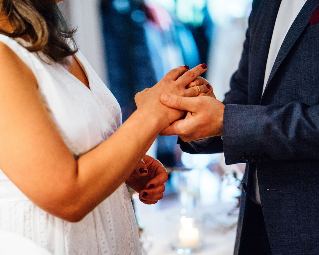 Ringuebergabe, Hochzeit, Freie Trauung, Hubertushütte, Lentschik, Hochzeitsfotografin Rheingau, Wiesbaden