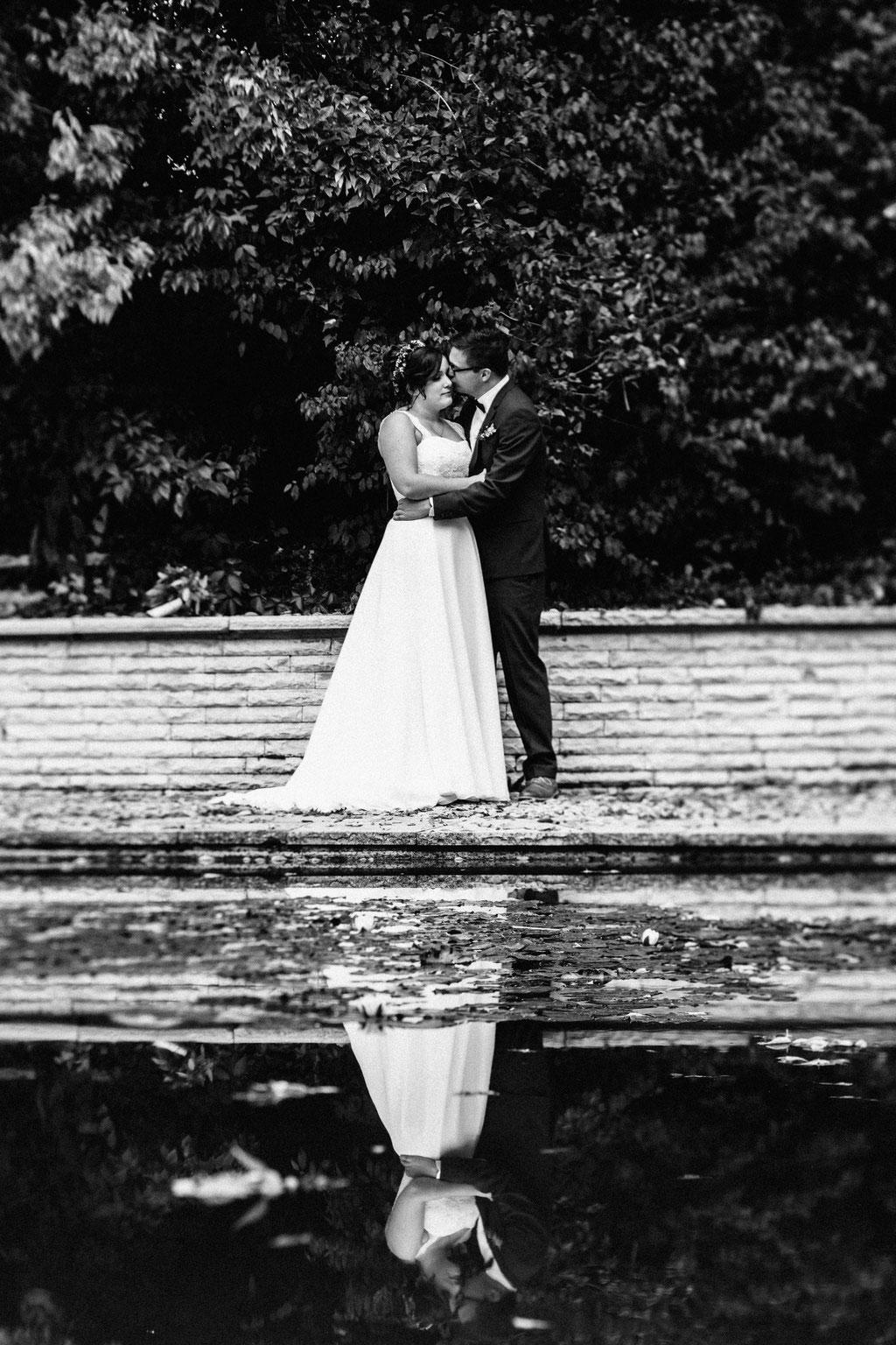 Lentschik, Hochzeitsfotografin Rheingau, Wiesbaden, Standesamt Geisenheim, Brautpaar, Brautpaar-Aufnahmen, Blumen, Porträt, Portrait, Park, Monrepos Geisenheim, Teich, Spiegelung