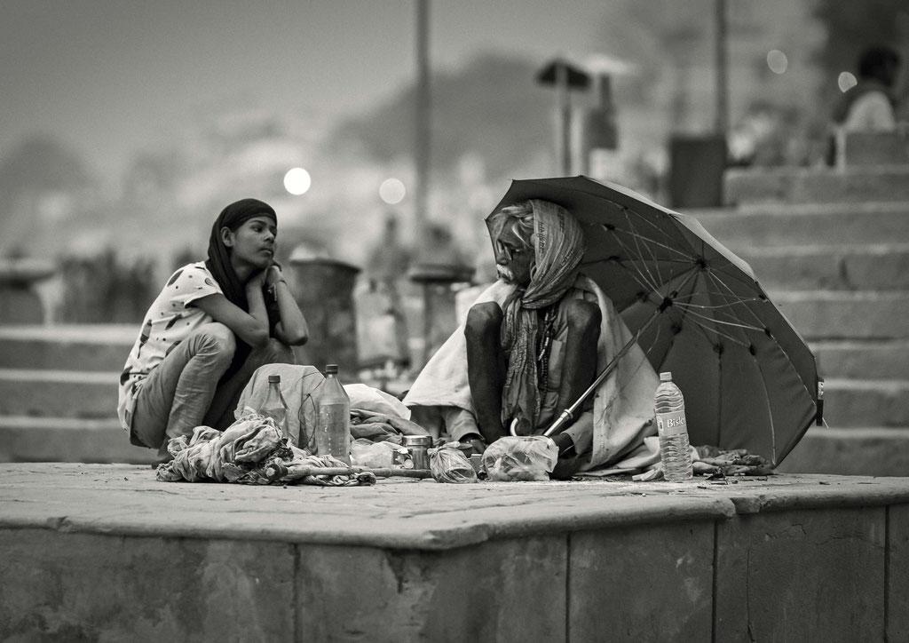 """""""Sadhus"""" spielen in Indien nach wie vor eine wichtige Rolle. Viele Inder suchen einen Asketen auf, um seinen Segen zu erbitten. Sadhus werden besonders geachtet, weil sie vehement versuchen, das höchste Ziel der Religion zu erreichen."""