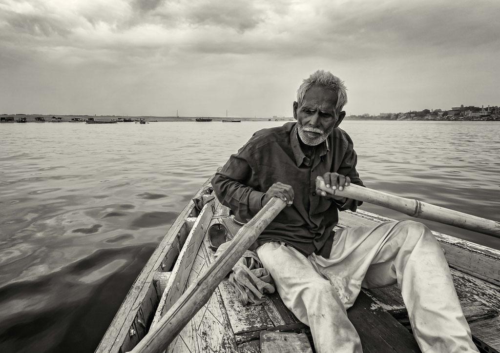 Jeden Morgen bei Sonnenaufgang um ca. 05.30 Uhr, werden die Touristen in Booten den Ganges rauf und runter gerudert und gefahren. Oft rudert eine Person ein gefülltes Boot von 20 Personen zwei Stunden lang.