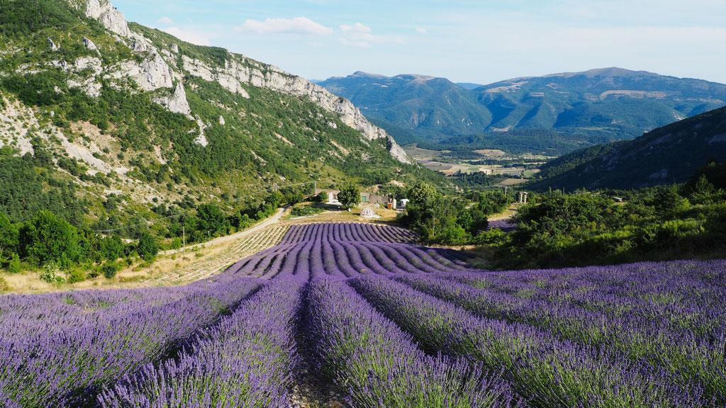 Au-dessus d'Izon-la-Bruisse. Izon Nature : hébergements et table d'hôtes insolites et écoresponsables dans la Drôme Provençale, trek dans la Méouge