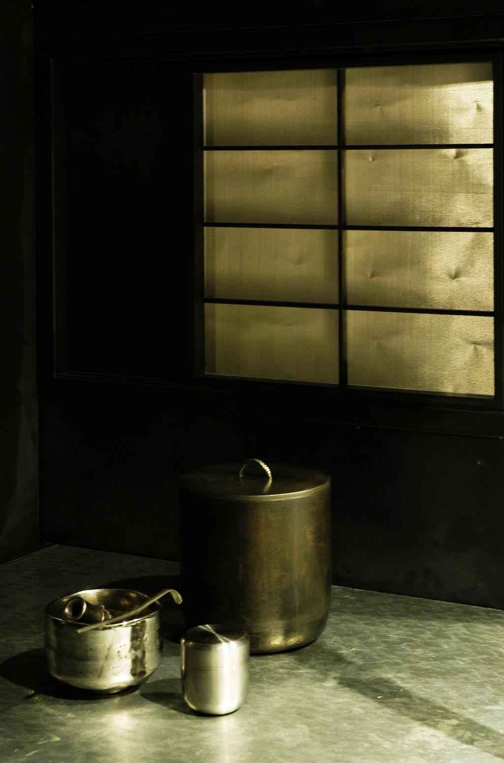鉄茶室徹亭、点前障子と道具組