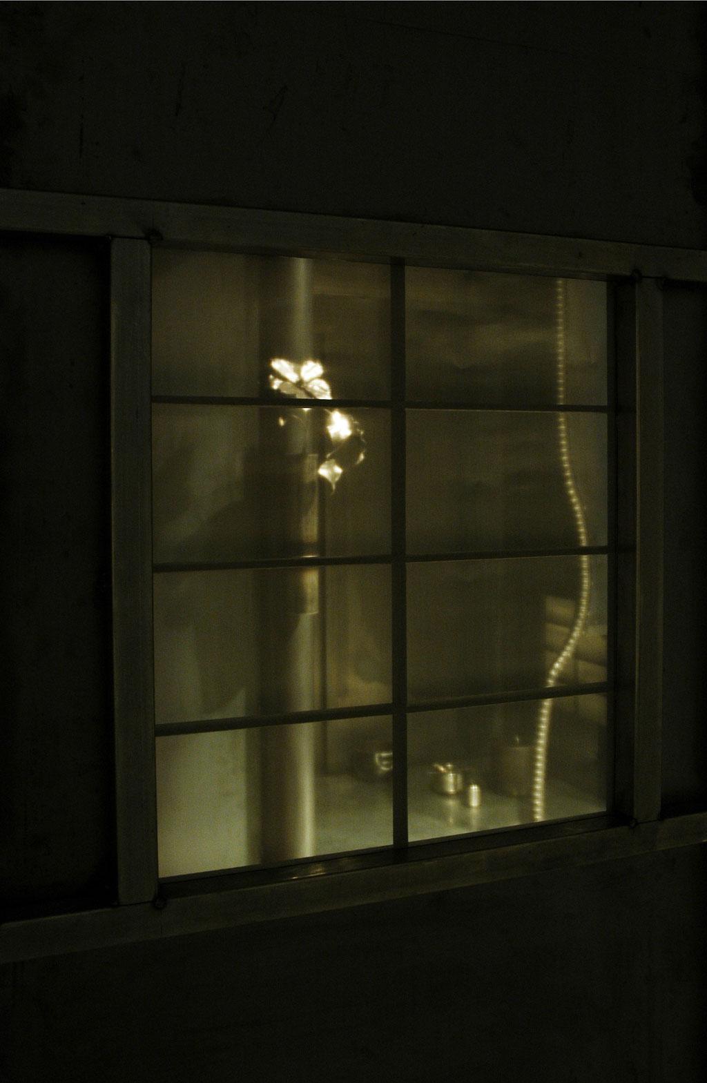 鉄茶室徹亭、墨跡窓越しの鉄仙