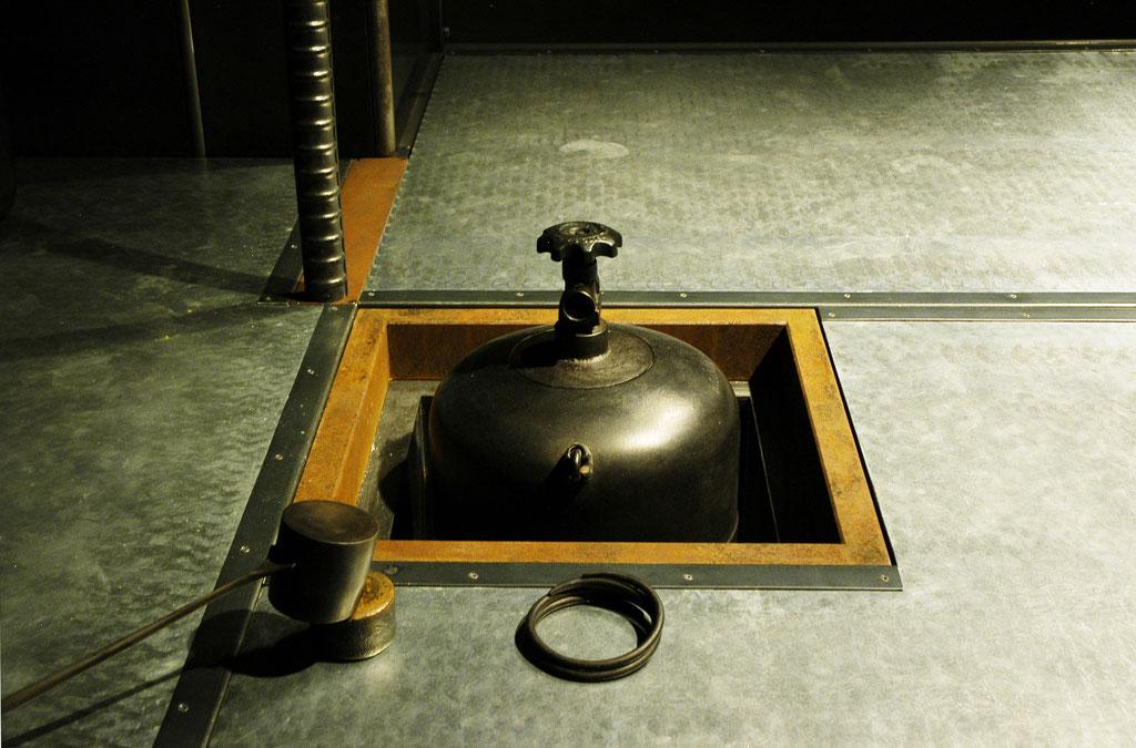 鉄茶室徹亭、火灯口から茶釜を臨む