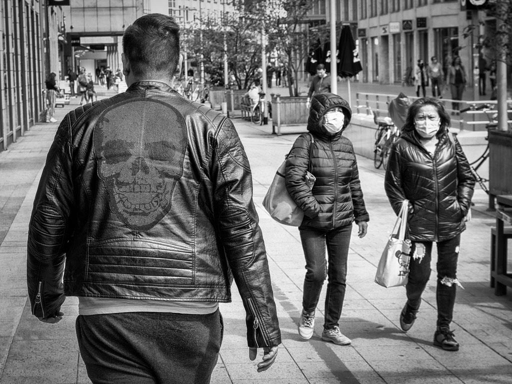 28.04.2020 Einige Passanten spazieren schon wieder an den geschlossenen Geschäften der Karmarschstraße vorbei
