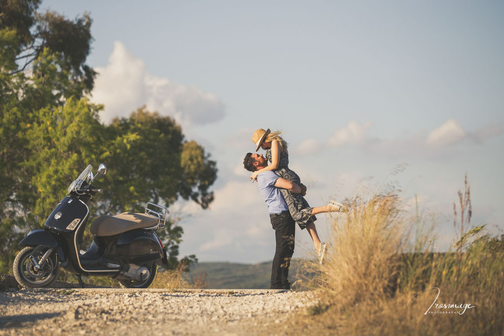 ζευγαρι διακοπες φωτογραφηση στη γιαλοβα με βεσπα