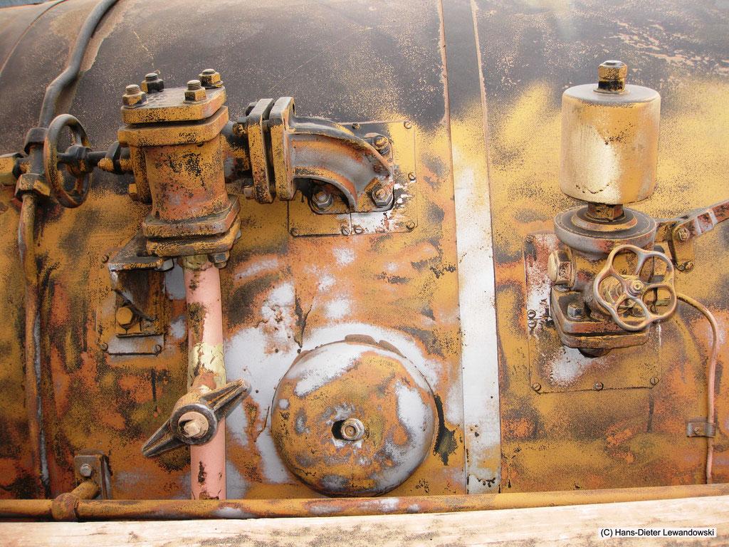 Der mit Körnung gestrahlte Bereich am rechten Kesselspeiseventil nebst Waschlukendeckel und der Einheitspfeife 50