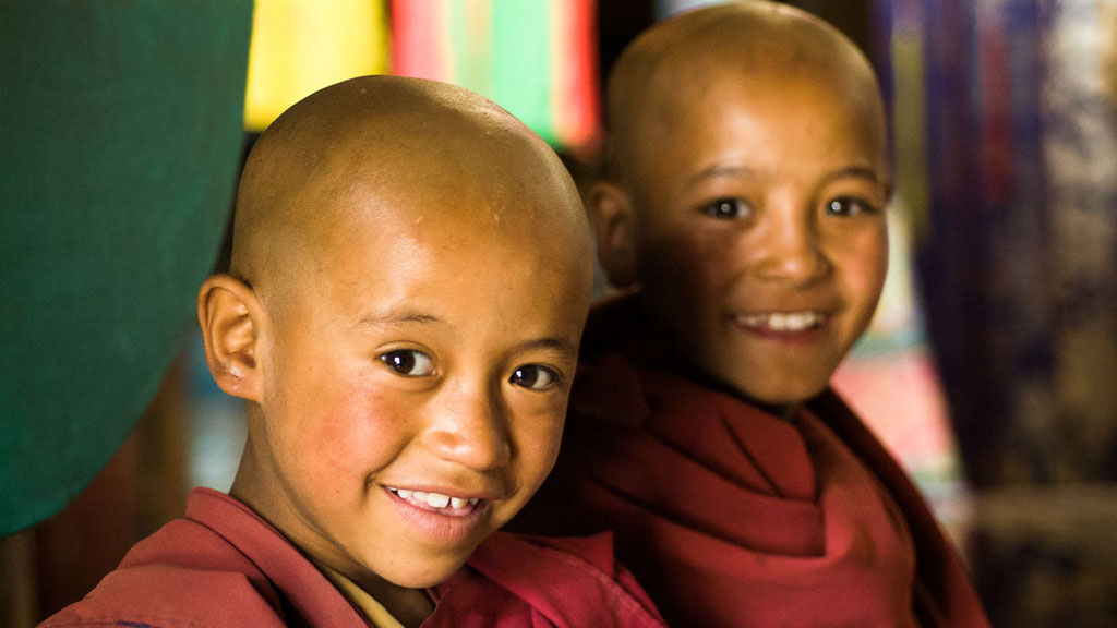 Zwei junge Mönche in einem ladakhischen Kloster