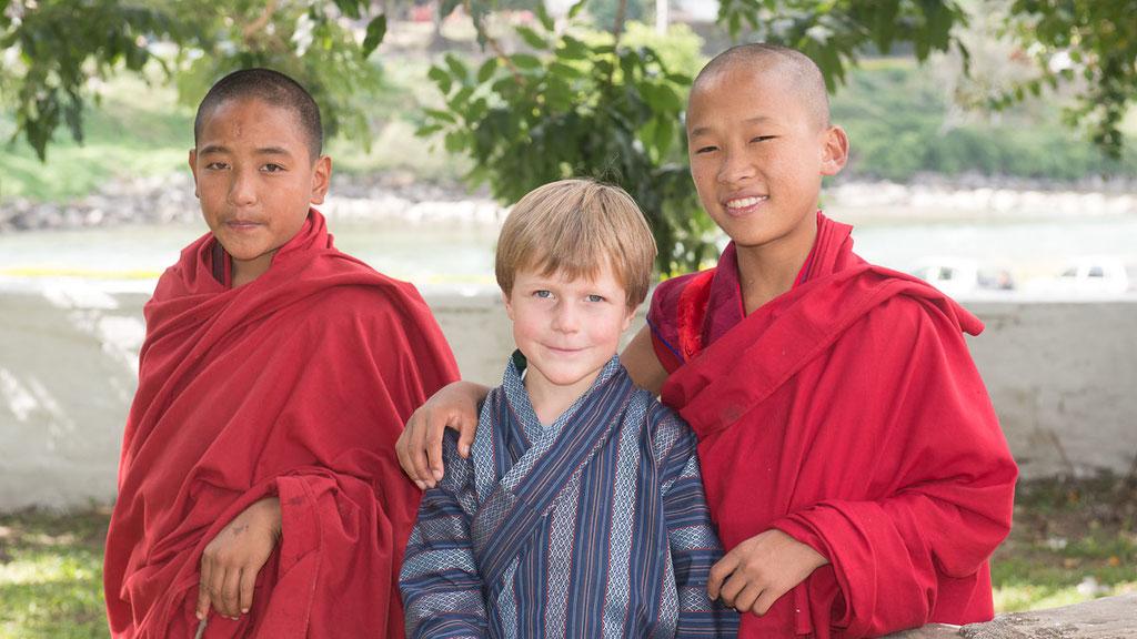 Gian-Andri Zwahlen mit bhutanesischen Mönchsnovzien