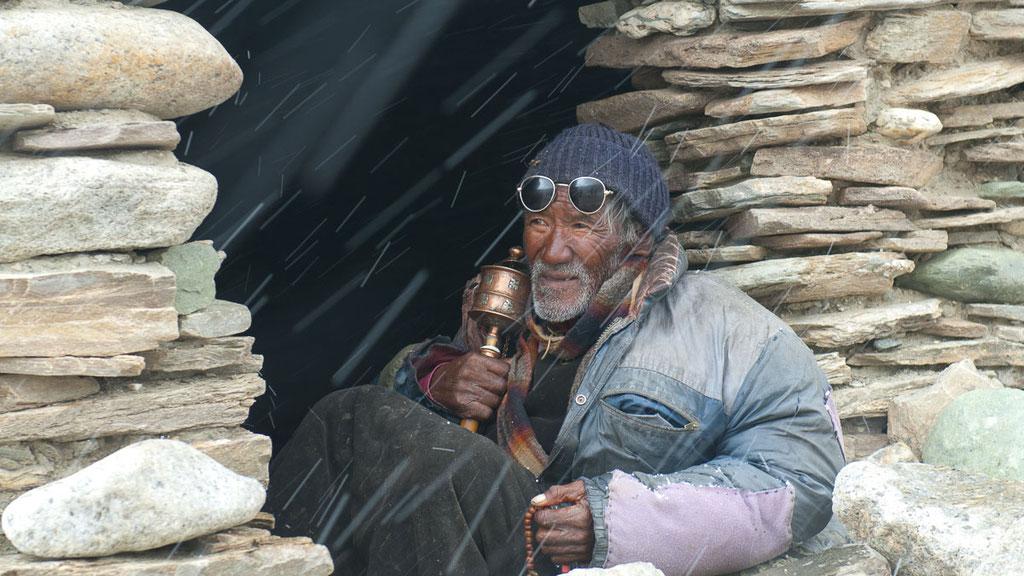 Alter Nomade während des ersten Schnees vom kommenden Winter