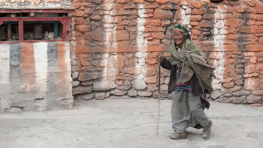Nepalesische Frau bei einer rituellen Umrundung des Klosters in Kagbeni