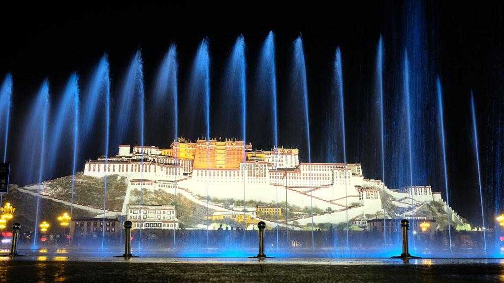 Wasserfontänen vor dem Potala in Lhasa in Tibet
