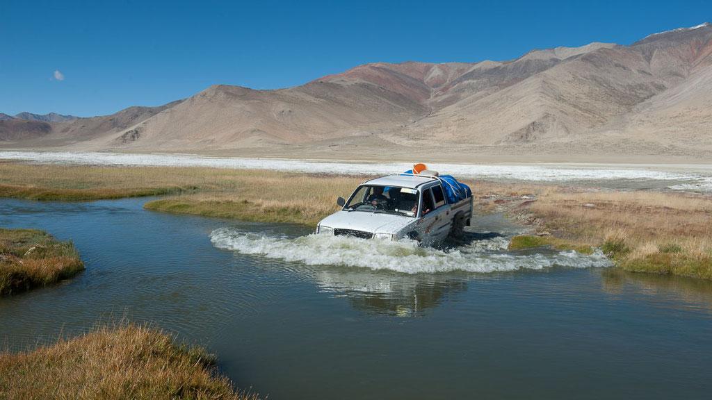 Ladakhische Flussdurchquerung mit dem Auto