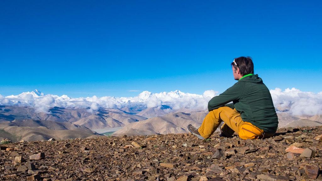 Thomas Zwahlen geniesst die Aussicht auf die 8000er Mount Everest und Cho Oyu