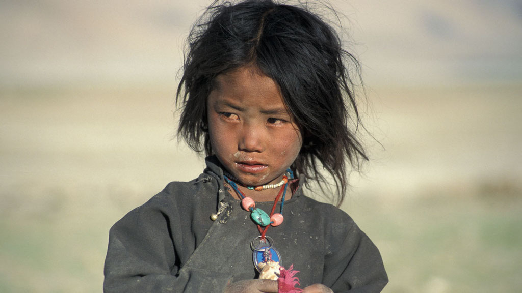 Nomadenkind am See Tsomoriri in Ladakh