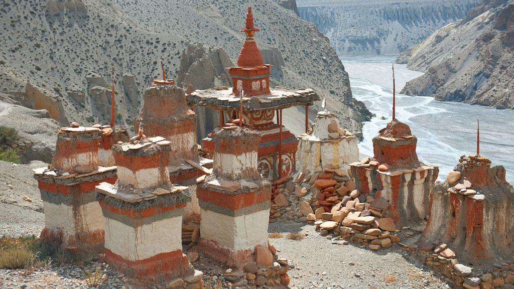 Chörtengruppe unterhalb des Dorfes Tangbe in Nepal