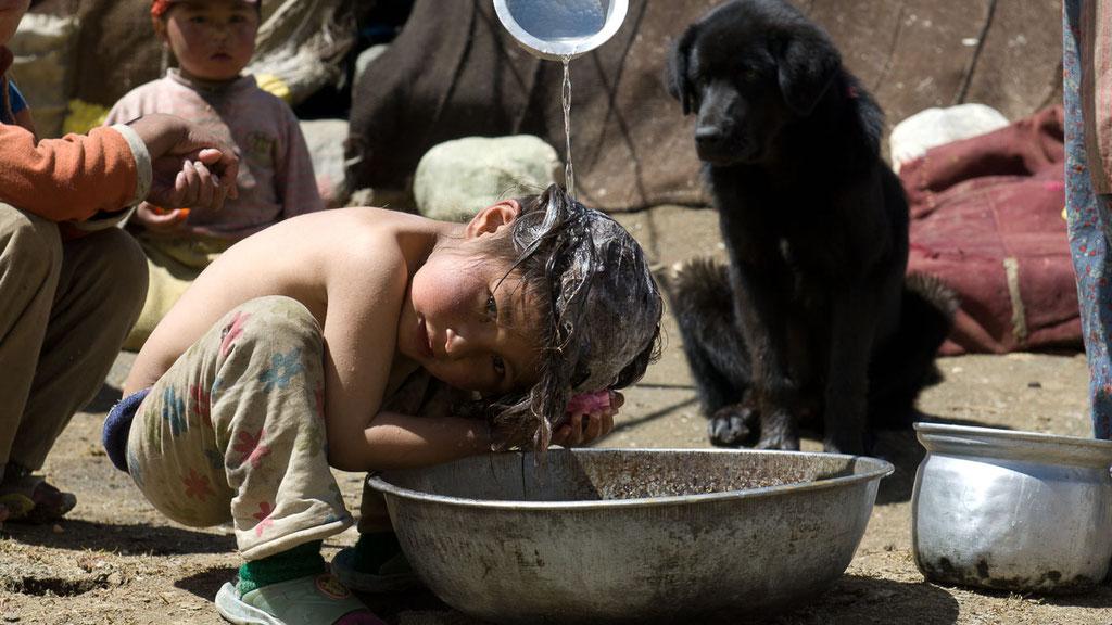Waschtag in einem Nomadenlager in Ladakh