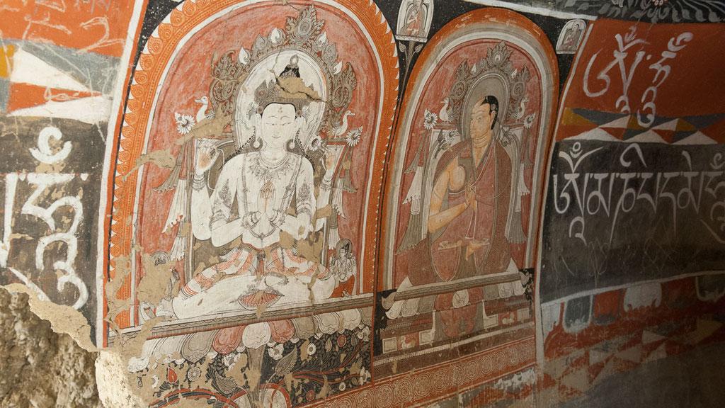 Jahrhundertealte Wandmalereien in der Kabum-Höhle in Mustang