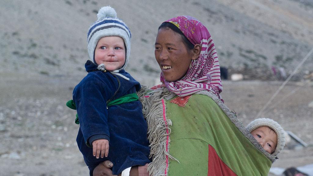 Junge Nomadenfrau mit Gian-Andri (1-jährig)