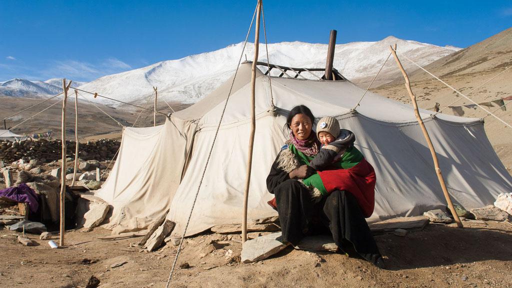 Nomadenfrau vor ihrem Zelt in Spangchen auf einer Höhe von 4700 Metern