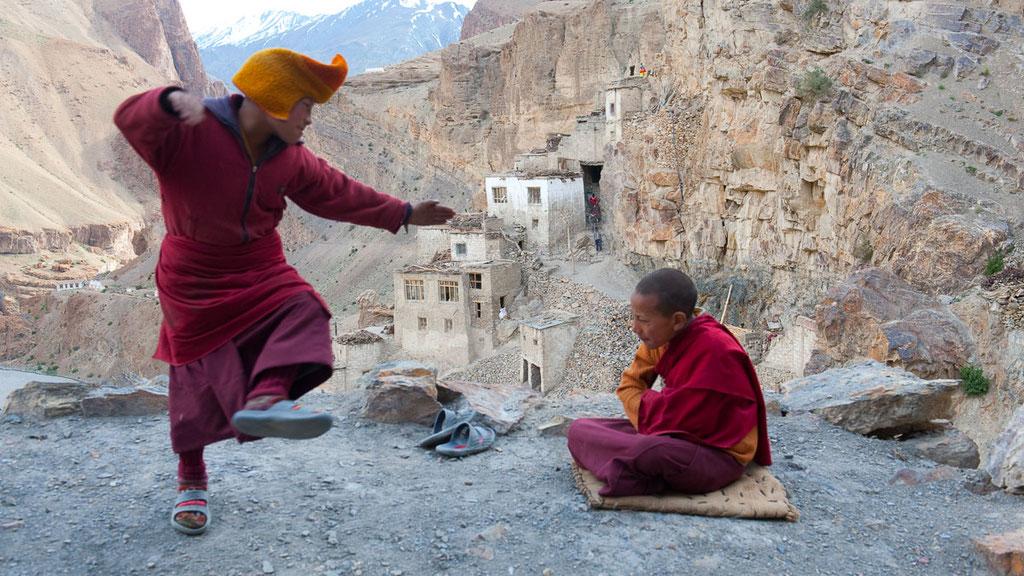 Zwei junge Mönche beim Debattieren im Kloster Phukthal in Zanskar