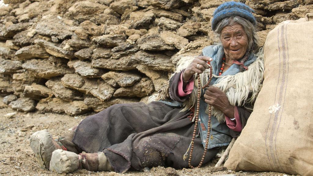 Alte Nomadenfrau in Kharnak