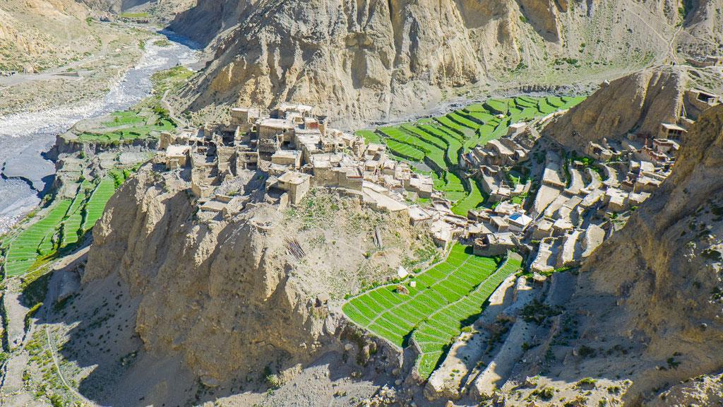 Einsam gelegenes Dorf Phu in Nepal