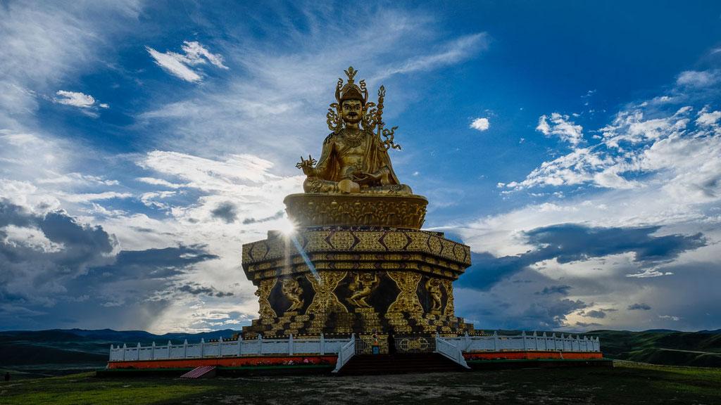Grosse Statue des Padmasambhava in Kham im Osten Tibets