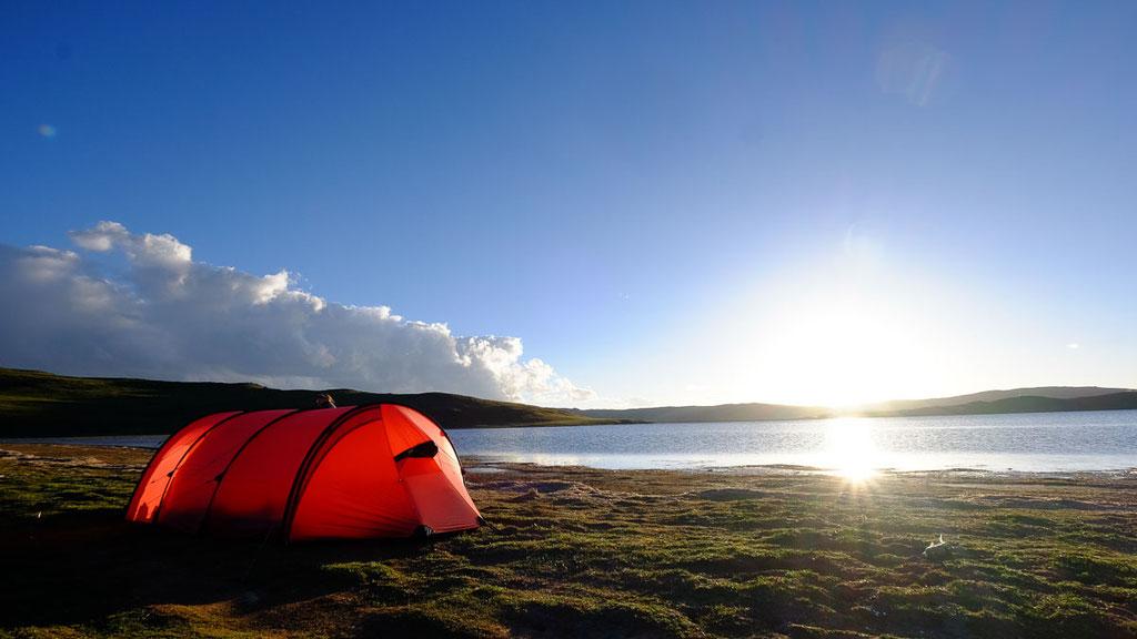 Einsamer Zeltplatz an einem 4500 Meter hohen See in Amdo