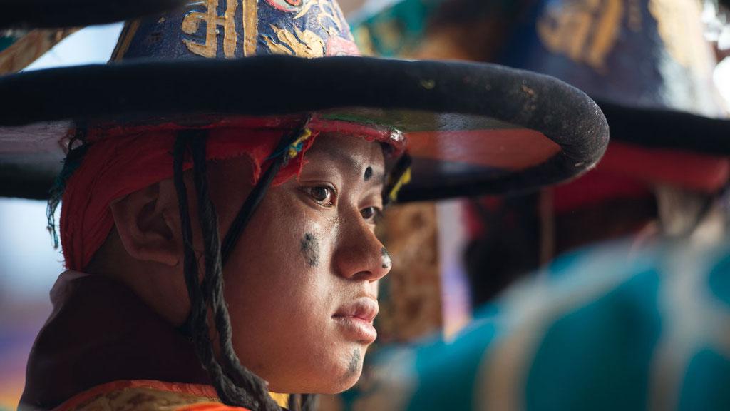 Bhutanesischer Schwarzhutzauberer eröffnet das Klosterfest in Mongar