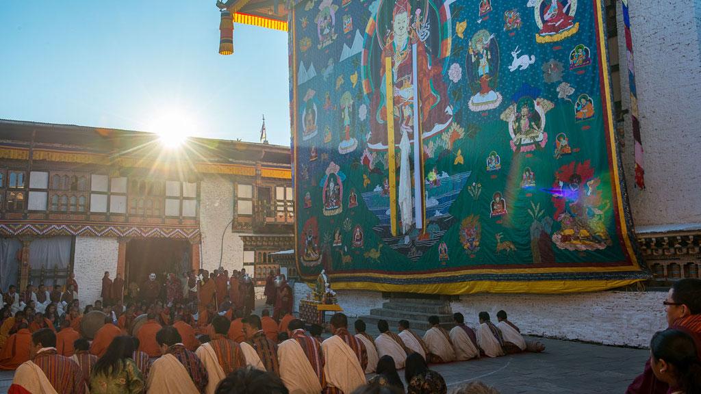 Gebetszeremonie vor dem grossen Thangka beim Klosterfest in Trashigang