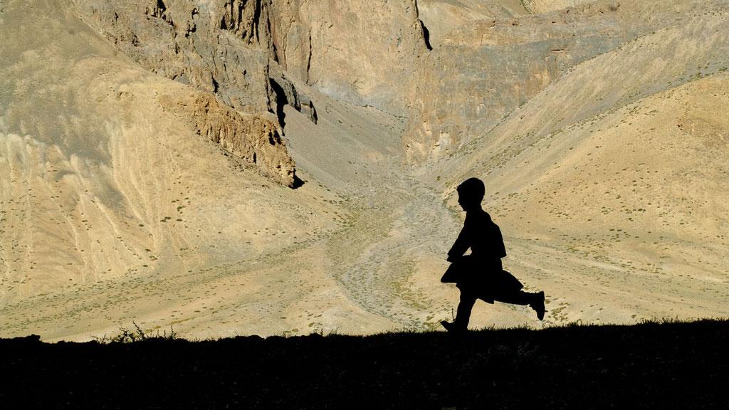 Nomadenjunge Dorje auf dem Weg nach Hause