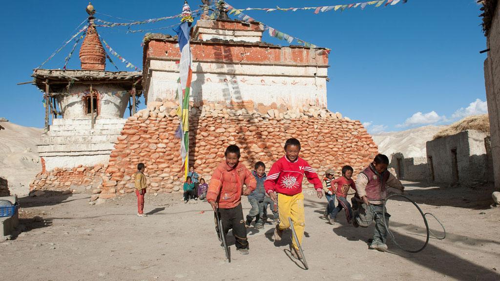 Kinder beim Spiel vor dem grossen Chörten in Lo Manthang, dem Hauptort von Mustang
