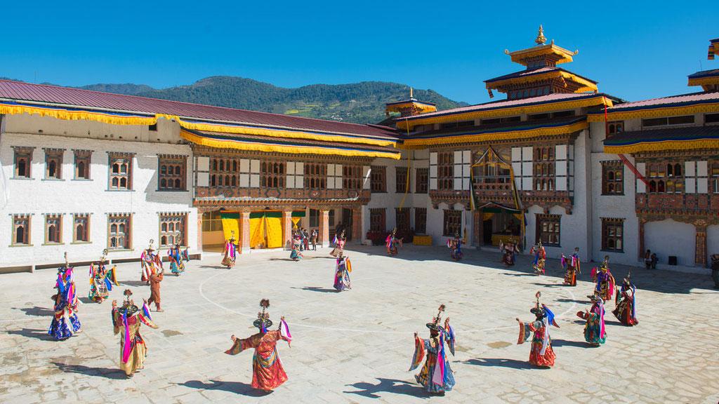 Maskentänze beim Klosterfest in Mongar im Osten Bhutans